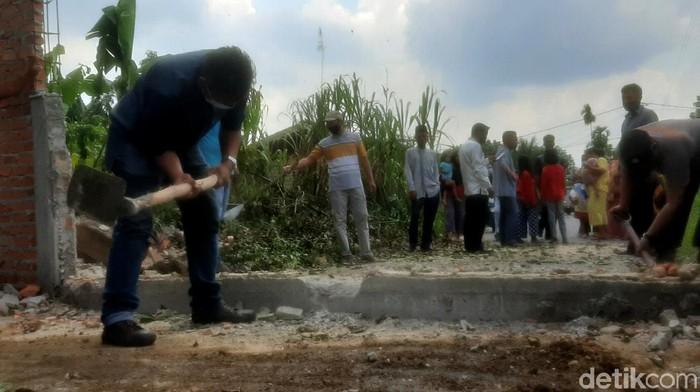 Pagar setinggi 2 meter yang menutupi jalan di Pekanbaru, Riau, akhirnya dibongkar. Pagar dibongkar setelah pemilik lahan menggelar pertemuan dengan pihak pemerintah.