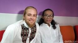 Lahir dari Keluarga Beragam Agama, Mustafa Debu Besar di Musik Religi