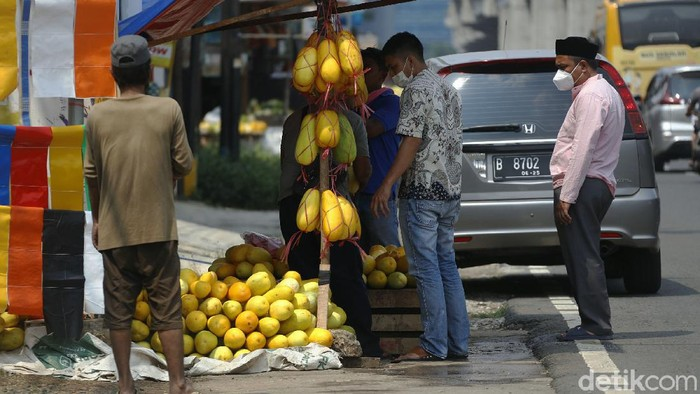 Sejumlah pedagang timun suri mulai marak membuka lapak di sepanjang Jalan Kalimalang Raya, Jakarta Timur.