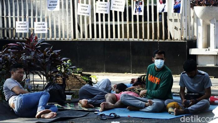 Sejumlah pencari suaka dari berbagai negara kembali menggelandang dengan menempati trotoar di kawasan kantor Komisioner Tinggi PBB untuk Pengungsi (UNHCR) di Jalan Kebon Sirih, Jakarta Pusat, Jumat (16/03/2021). Mereka menggelar tikar seadanya untuk alas sebagai tempat tinggal di saat bulan puasa Ramadhan.