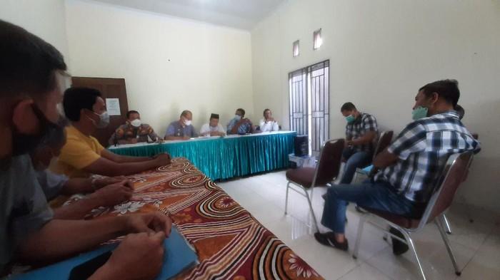 Pertemuan pemilik lahan dengan polisi hingga pihak kecamatan di Pekanbaru (Raja-detikcom)