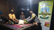 Polsek Bayan Bagikan Sembako ke Lansia di Desa Sambik Elen