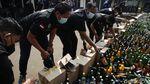 Alat Berat Gilas Barang Bukti Ribuan Botol Miras