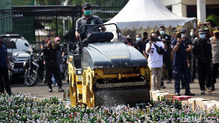 Polisi memusnahkan barang bukti minuman keras dan ganja di Mapolres Metro Kota Bekasi, Jawa Barat. Polres Metro Bekasi Kota memusnahkan ganja 66 kg, 12800 botol miras dan 3935 butir obat keras.