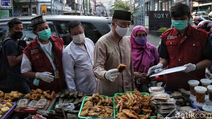 Takjil atau kudapan khas selama bulan suci Ramadhan ikut diperiksa kandungan selama amsa pandemi. Salah satunya dilakukan oleh Puskesmas Gambir.