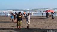 Foto: Ribuan Wisatawan Padati Parangtritis, Banyak yang Copot Masker