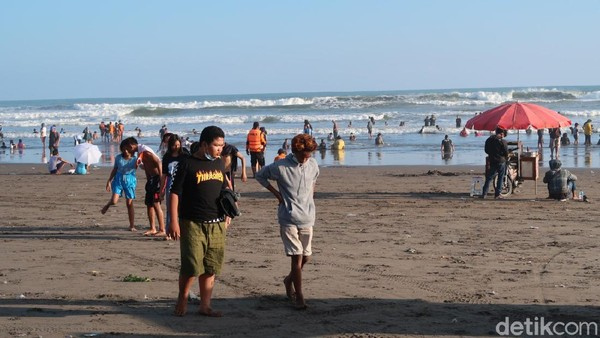Sehari sebelum bulan Ramadan, ribuan wisatawan tampak memadati Pantai Parangtritis untuk menjalankan tradisi padusan. Sebagian besar dari wisatawan itu tidak mengenakan masker saat berada di pantai. (Pradito Rida Pertana/detikTravel)