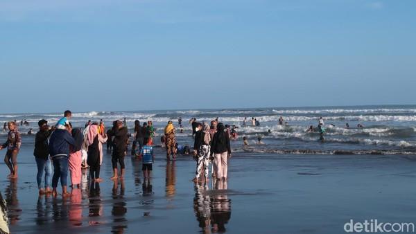 Jumlah wisatawan yang berkunjung ke Pantai Parangtritis pada pekan lalu mencapai 19 ribu pengunjung. Angka tersebut tercatat paling ramai selama pandemi Corona berlangsung. (Pradito Rida Pertana/detikTravel)