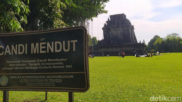 Candi Mendut sudah ditutup dengan cover terpaulin sejak November 2020. Itu artinya sudah hampir 6 bulan candi bersejarah ini ditutup untuk perlindungan dari meletusnya Gunung Merapi.