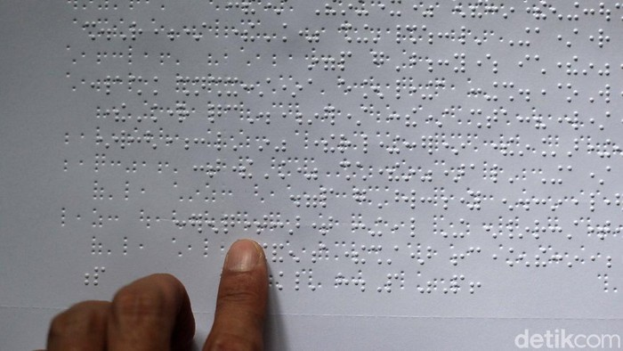Yayasan Tunanetra Raudlatul Makmufin, Serpong, Tangerang Selatan, Banten, memproduksi Alquran huruf braille untuk tunanetra. Seperti apa proses pembuatannya?