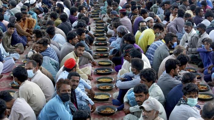 Ratusan warga Pakistan berkumpul di kawasan Karachi untuk berbuka puasa selama bulan suci Ramadhan.