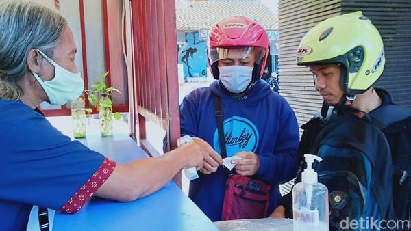 Salah satunya wisatawan bernama Irul. Dia mengaku upa tidak pakai masker. Padahal dia membawa masker, tapi malah ditaruh di dalam tas. (Ahmad Syauqi/detikTravel)