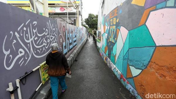 Awal mula masuk gang tersebut, pendatang dibuat takjub dengan hiasan kaligrafi dengan panjang sekitar 15 meter dan tinggi lima meter. Ada banyak jenis kaligrafi yang menghiasi sepanjang jalan gang ini.