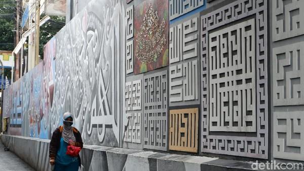 Misalnya seperti jenis kaligrafi khat kufi murabba dengan ciri khasnya yang berbentuk geometris dan tanpa harakat, khat diwani, hingga khat naskhi yang menyerupai tulisan dalam Alquran.