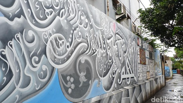 Semua hasil karya tersebut merupakan hasil kolaborasi antara perajin kaligrafi yang tinggal di Gang Raden Jibja dengan warga sekitar termasuk pemuda karang taruna.