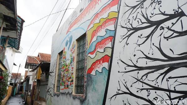 Bahan-bahan yang digunakan pun terbilang sederhana, seperti kapur papan tulis, kuas, cat tembok, dan gabus. Semua bahan tersebut didapat dari swadaya masyarakat, namun saat ini proses pembuatan terhenti sementara.