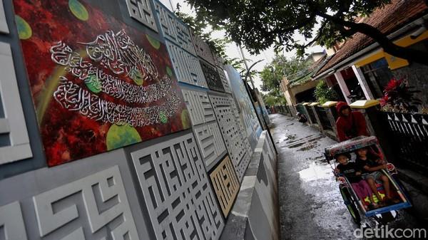 Berlokasi di Gang Raden Jibja, Cicaheum, Kecamatan Kiaracondong, Kota Bandung, warga RW 02 berinisiatif mengubah dinding gang dengan hiasan kaligrafi dari potongan hadits, ayat Alquran, hingga Asmaul Husna.