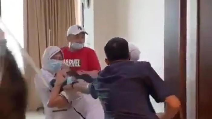 Video aksi penganiayaan terhadap perawat sebuah RS di Palembang viral di medsos. Korban melaporkan kejadian ke polisi. (Screenshot video viral)