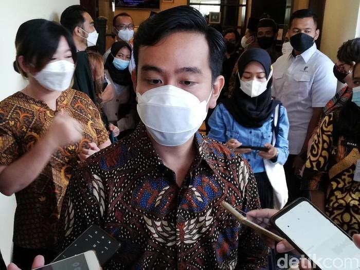 Wali Kota Solo Gibran Rakabuming Raka mengungkap guru di dua sekolah Solo menolak disuntik vaksin Corona, Jumat (16/4/2021).