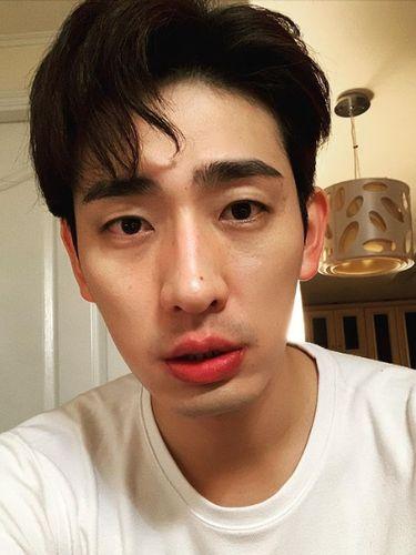 Aktor Yoon Park punya tahi lalat di hidung.