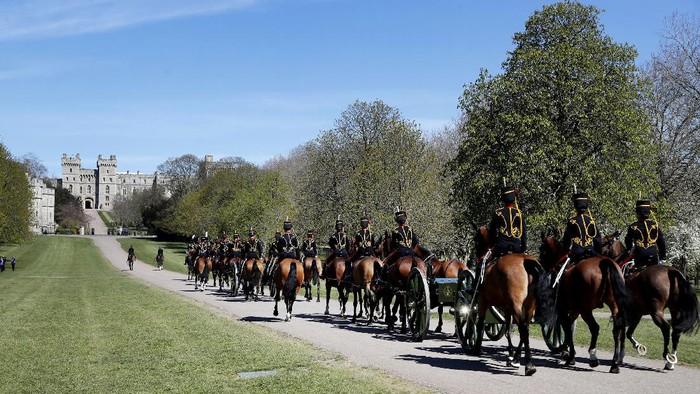 Pangeran Philip akan dimakamkan pada Sabtu (17/4) waktu setempat. Jelang pemakaman, artileri pasukan berkuda raja tiba di Kastil Windsor.