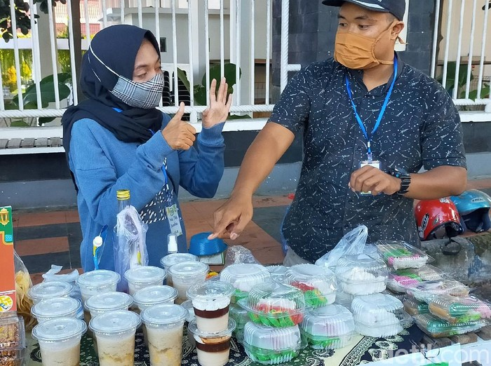 Bursa pasar takjil di Banyuwangi menjadi berkah bagi penyandang disabilitas. Mereka bisa menjual takjil bersama dengan masyarakat normal lainnya. Dalam sekali berjualan, mereka rata-rata mampu meraup omzet Rp 300 ribu.