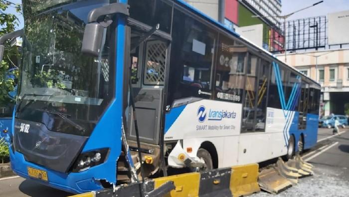 Bus Transjakarta tabrak separator di Glodok, Jakarta Barat. Foto dikirim Kanit Laka Lantas Jakbar AKP Agus