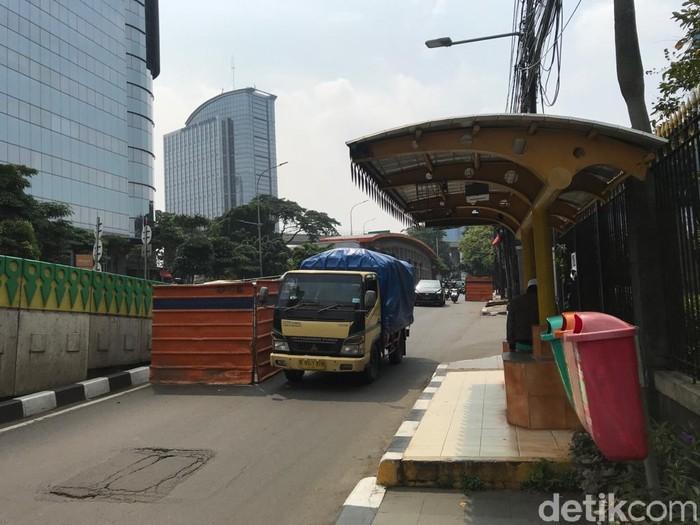 Galian manhole SJUT di dekat Halte TransJ Tendean, Jakarta Selatan, 17 April 2021. (Dana Adityasari/detikcom)