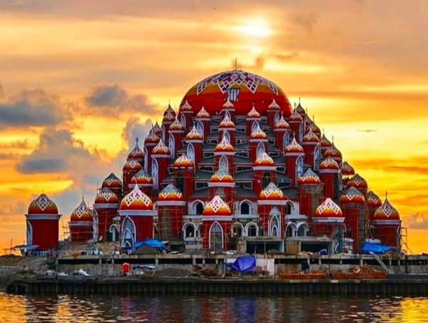 Masjid 99 Kubah ini terletak di lahan reklamasi pesisir Pantai Losari. Tepatnya berada di Kawasan CPI (Center Point of Indonesia) - yang disebut lahan reklamasi. Jika sudah rampung, tentu saja bakal menjadi ikon wisata religi di Makassar. (Foto: Sulselprov.go.id)