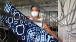 Melihat Pembuatan Pola Tidak Terduga dari Batik Itajime Shibori