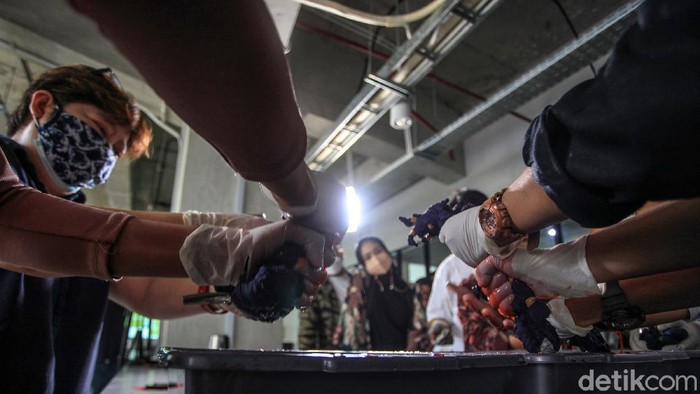 Para peserta mengikuti pelatihan membatik Itajime Shibori di Jakarta Creative Hub, Jakarta, Sabtu (17/4/2021). Itajime Shibori merupakan teknik pewarnaan dari Jepang dengan metode mengikat dan mencelup kain ke cairan pewarna. Ikatan kain mengakibatkan motif dan pola yang tidak terduga.