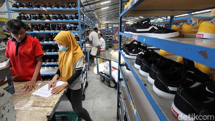 Sejumlah pekerja menjahit pola saat memproduksi sepatu lokal di Pabrik Sepatu Aerostreet, Wonosari, Klaten, Jawa Tengah, Sabtu (17/4). Dalam sehari pabrik sepatu dengan merek lokal Aerostreet itu dapat memproduksi sebanyak 5.000 pasang sepatu