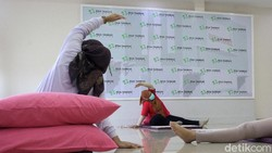 Ibu-ibu yang sedang mengandung mengikuti senam hamil di RSIA Tambak, Jakpus, Sabtu (17/4). Senam itu dilakukan untuk memperlancar persalinan.