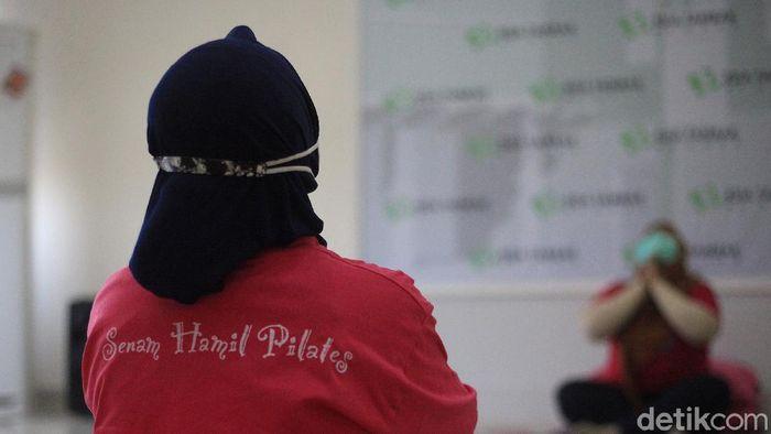 Ibu-ibu yang sedang mengandung mengikuti senam hamil di RSIA Tambak, Jakarta Pusat, Sabtu (17/4/2021). Senam ibu hamil yang menggunakan protokol kesehatan tersebut untuk menyiapkan ibu-ibu menghadapi masa persalinan.