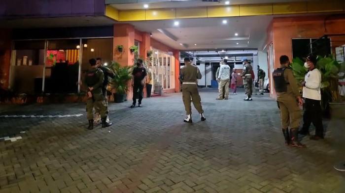 Oknum Satpol PP Surabaya digrebek dalam sebuah hotel. Saat digerebek, ia tengah bersama wanita idaman lain (WIL).