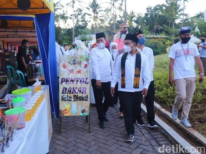 Upaya Pemkab Banyuwangi melakukan pemulihan ekonomi arus bawah mendapat respons positif dari berbagai pihak. Salah satunya datang dari pengusaha yang membuka bazar Ramadhan bagi warga setempat, di lokasi wisata yang dikelolanya.
