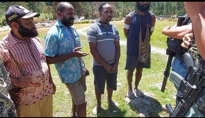 Pendeta Jupinus Wama (kemeja biru) memberi kesaksian soal kekejaman KKB. (Dok Satgas Nemangkawi)