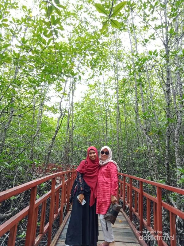 Berfoto di hutan mangrove