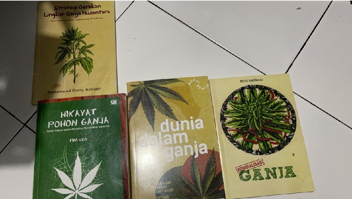 Polisi temukan buku soal ganja di rumah artis sinetron Jeff Smith.. Foto dikirim Kanit I Narkoba Polres Jakbar AKP Arif Purnama Oktora