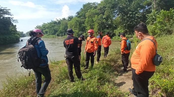 Seorang pria di Blitar dilaporkan lompat ke Sungai. Hingga saat ini, pencarian masih dilakukan.