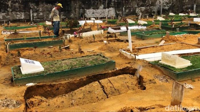 Puluhan makan di TPU Payung Sekaki, Pekanbaru, Riau amblas dini hari tadi. Makam-makam baru amblas setelah Kota Pekanbaru diguyur hujan deras sejak kemarin.