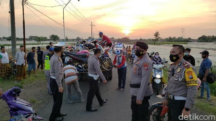 Ratusan motor tak standar diamankan di flyover exit tol, Desa Clarak, Kecamatan Leces, Kabupaten Probolinggo. Sehari sebelumnya, di lokasi tersebut sempat terjadi tawuran remaja.