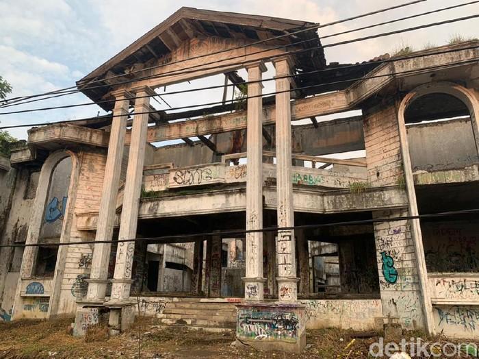 Rumah Hantu Darmo di Surabaya dilelang. Rumah itu berada di kawasan Raya Darmo Harapan.
