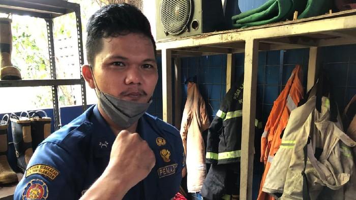 Sandi Junior Butar-butar, anggota Damkar Kota Depok