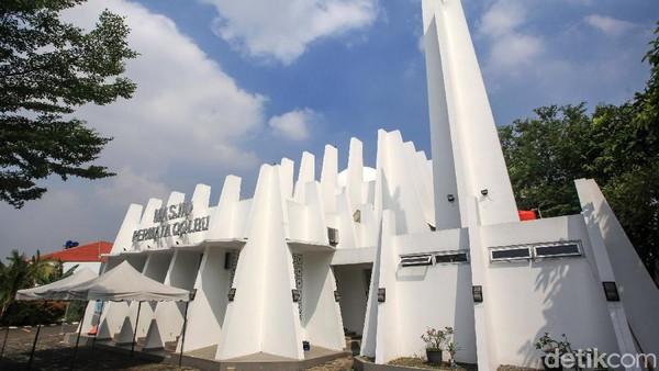 Masjid Permata Qolbu terletak di Perumahan Permata Mediterania, Jakarta Barat, Sabtu (17/4/2021).