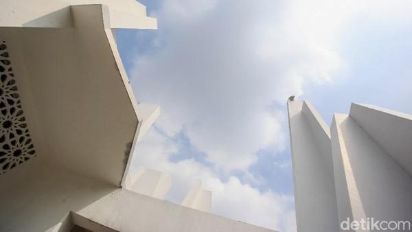 Menurut arsiteknya, pilar tersebut bermakna tangan-tangan yang menengadah sedang berdoa.