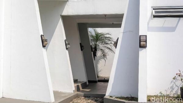 Masjid karya arsitek muda Mahadiyanto tersebut dikelilingi pilar beton trapesium.