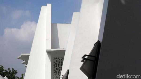 Untuk perawatan, masjid itu dicat setiap tahun.