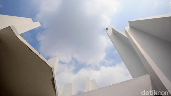 Masjid tersebut bernuansa putih.