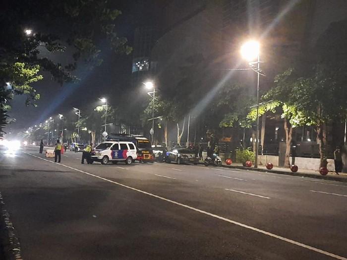 tas ransel warna hitam ditemukan di depan royal plaza surabaya